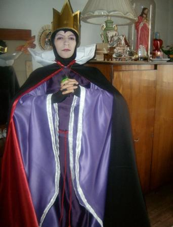 Queen from Snow White and the Seven Dwarfs worn by akza